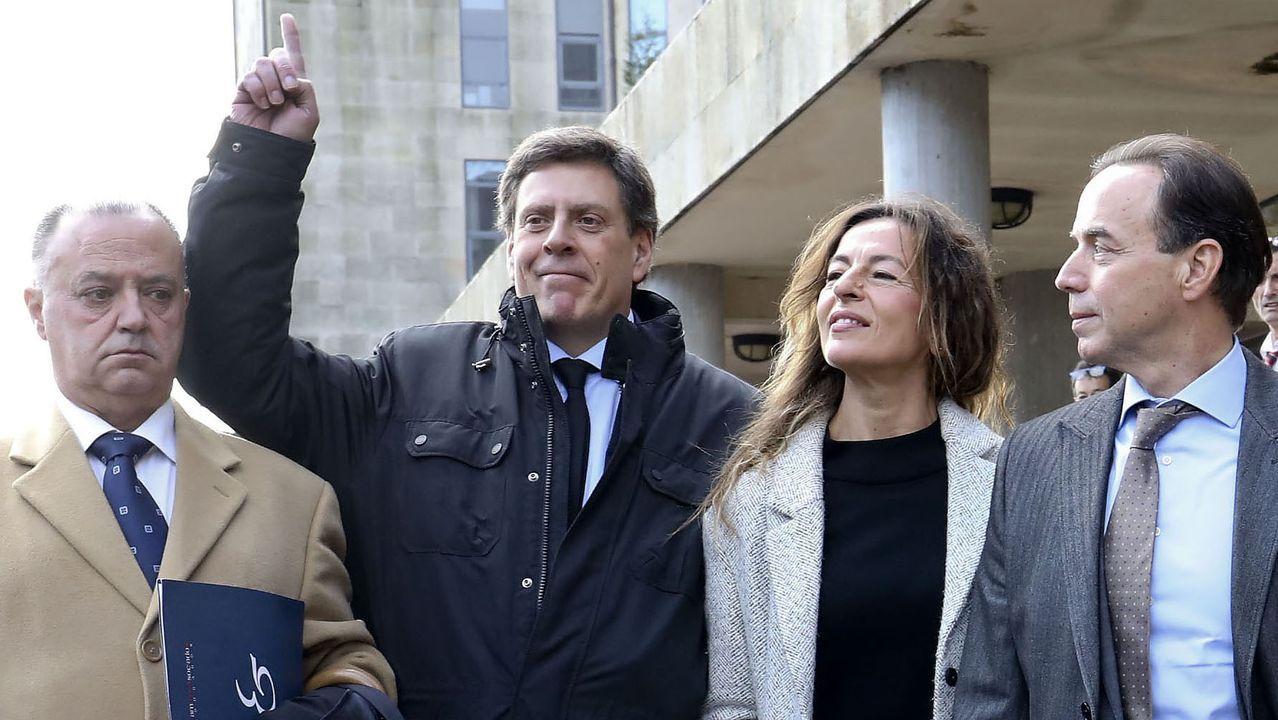 Juan Carlos Quer, acompañado de sus abogados, señala al cielo en recuerdo a su hija, tras conocerse el veredicto de culpabilidad