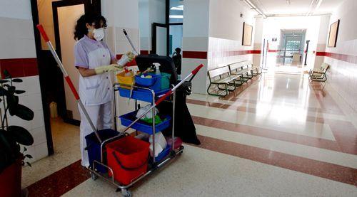Los trabajos de limpieza y desinfección se cuidan al milímetro en insituto A Basella, de Vilanova de Arousa