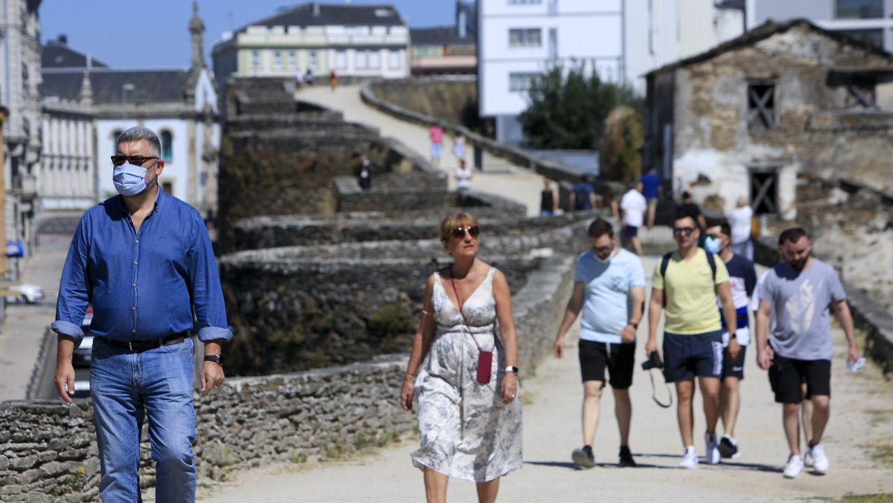 Gente con mascarilla en Lugo el día en que Galicia obliga a usar mascarillas en espacios abiertos y cerrados
