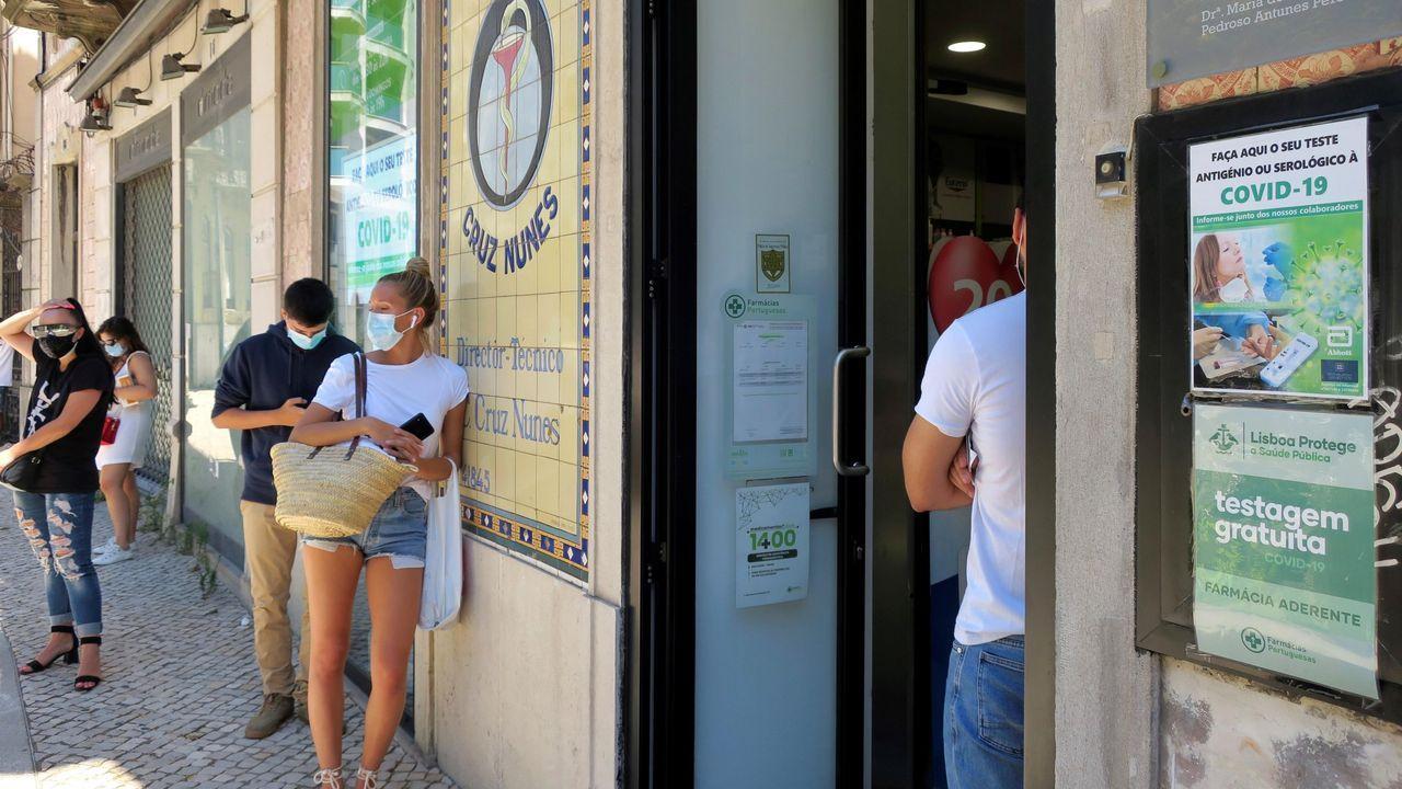 Las colas ahora se forman en las farmacias de Lisboa para acceder a test rápidos.