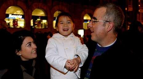 Rosario Porto y Alfonso Basterra, con Asunta en Santiago, poco tiempo después de haber adoptado a la pequeña.
