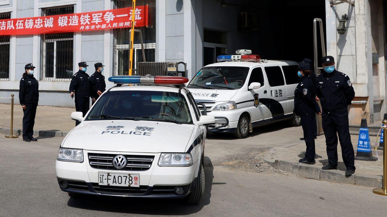 Vehículos policiales salen de las instalaciones del tribunal que juzga al canadiense Michael Spavor