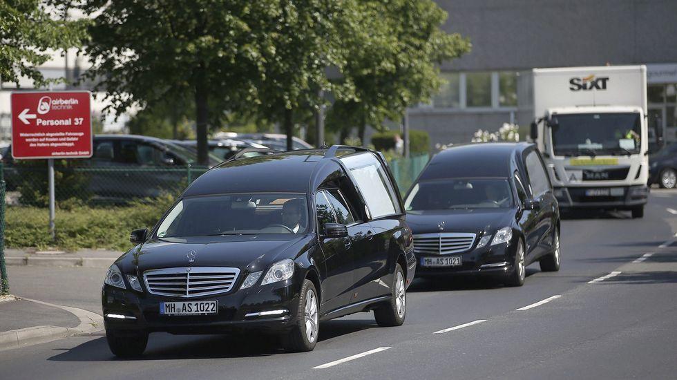 Accidente aéreo en Taipéi.Dos coches fúnebres salen del aeropuerto de Düsseldorf, Alemania.