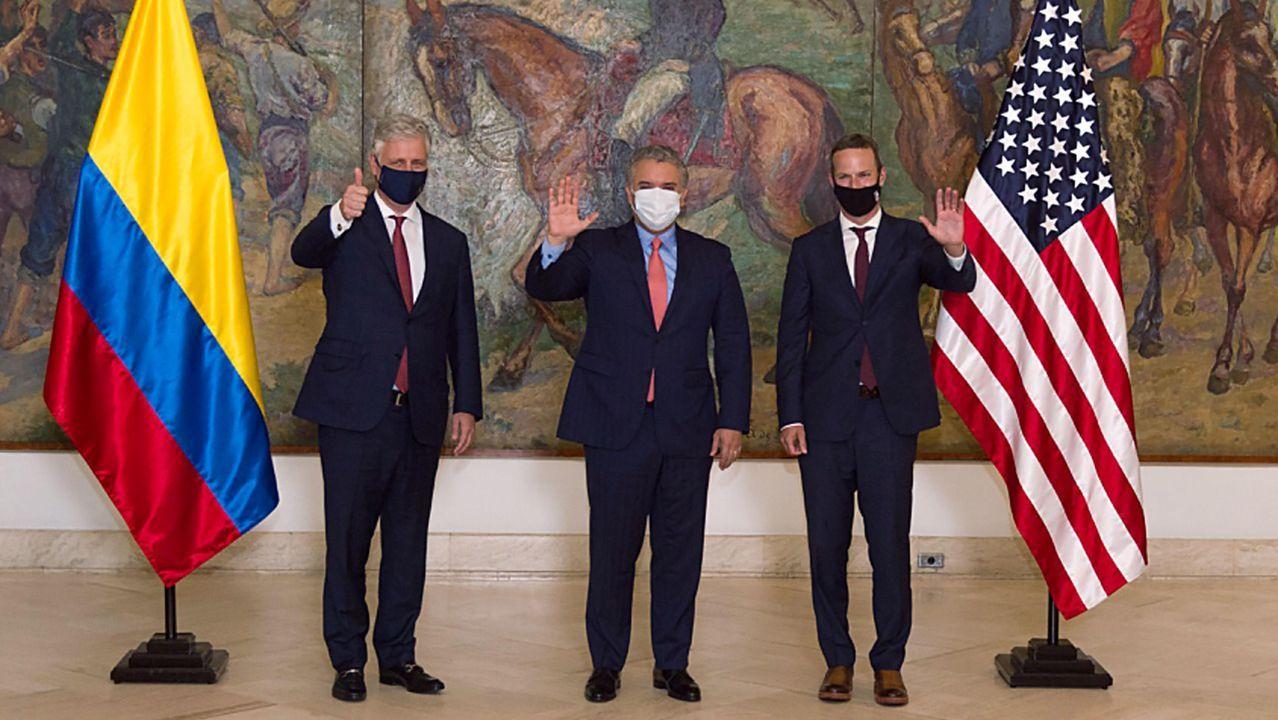 El asesor de Seguridad Nacional de la Casa Blanca, Robert C. O'Brien, el presidente de la Corporación Financiera de Desarrollo Internacional de Estados Unidos, Adam Boehler, y el presidente colombiano, Iván Duque, firmando el acuerdo Colombia Crece en Bogotá