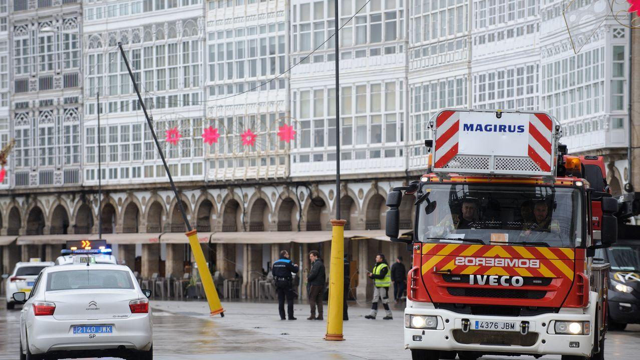 Alumbrado navideño caído en A Coruña, en la zona de La Marina