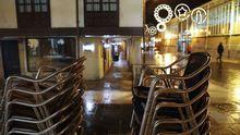Terraza de un bar cerrado en Oviedo