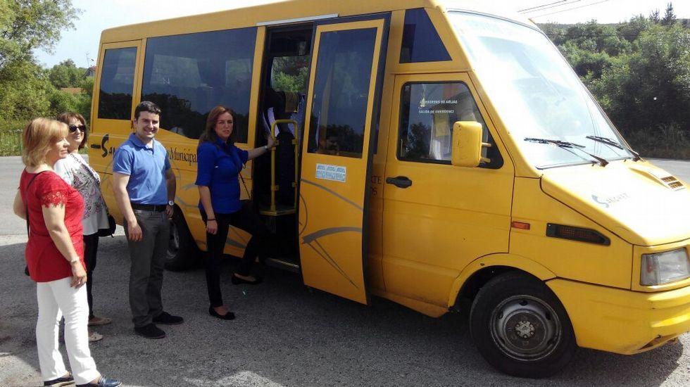 Los candidatos del PP de Monforte se suben al autobús urbano