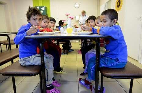 Un grupo de niños rusos durante la comida en un centro de tránsito para menores en San Petersburgo.