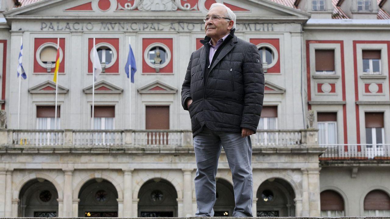El PP enfrenta la memoria de Fraga frente a Abascal.Fraga, en una imagen de archivo del 2001, durante una visita a las obras del puerto exterior de Ferrol