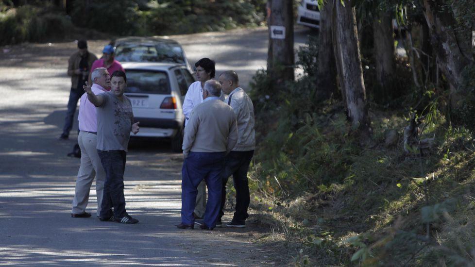 Un día después del trágico accidente de Carral, varias personas han acudido a la zona del siniestro