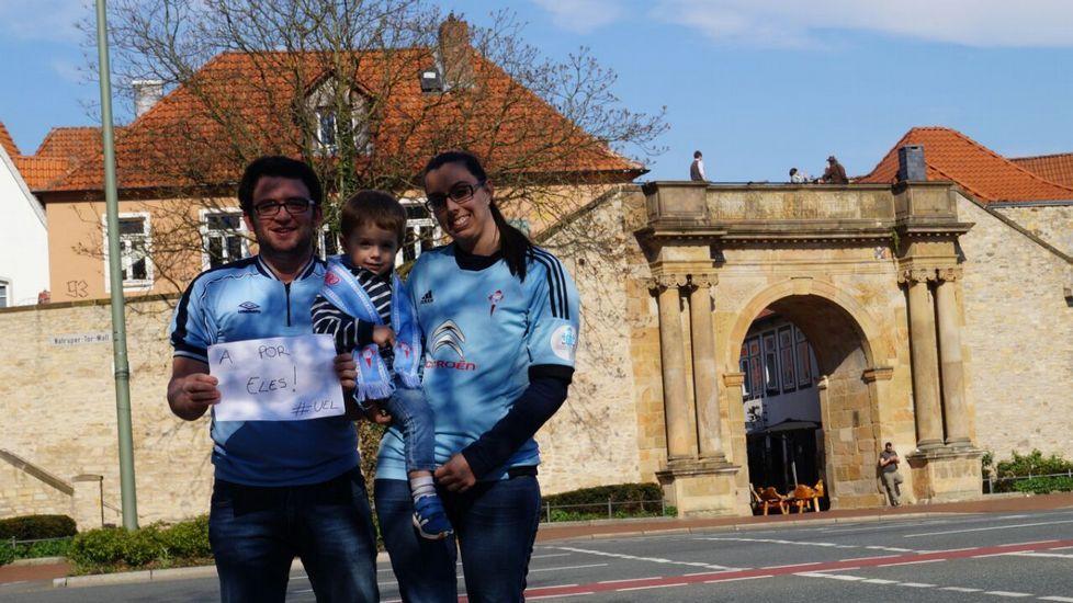 Néstor, de Irmandiños, y su pareja, Marta, con su pequeño Marco en Osnabruck, Alemania, donde viven