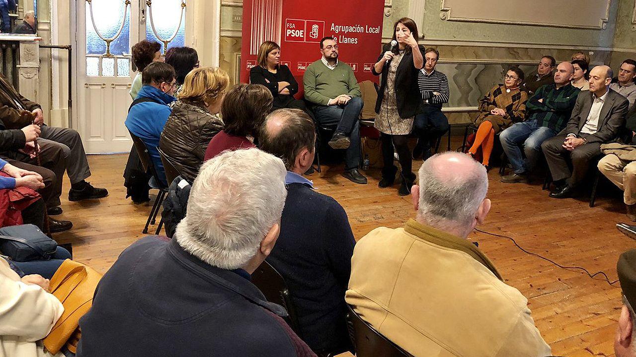 | EFE.Adriana Lastra interviene, ante la mirada de Adrián Barbón y Gimena Llamedo, en un acto de la agrupación socialista de Llanes