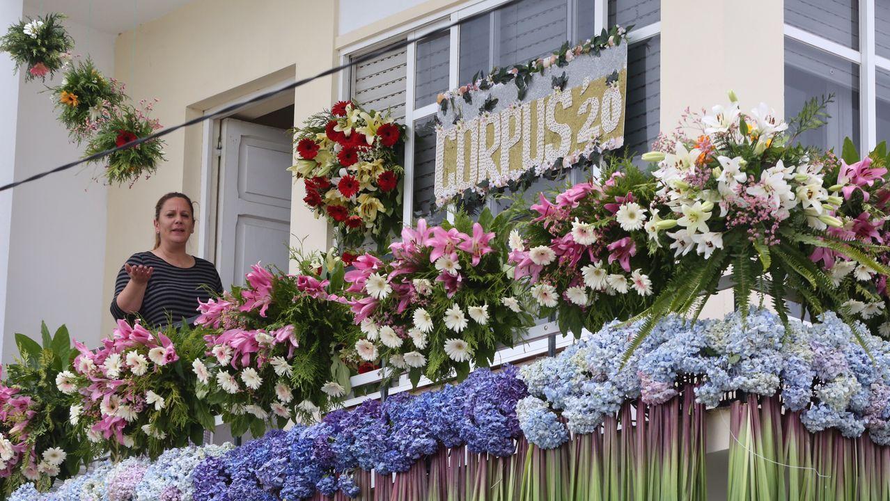 Balcón decorado por la presidenta de la Asociación Alfombras Florais, Teresa Muíños (en la imagen)