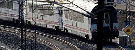 Denuncian que el Gobierno quiere «enterrar» el accidente.Un tren en la curva de A Grandeira, con la velocidad limitada ahora a 30, donde hace casi tres meses se accidentó un Alvia provocando la muerte de 79 personas.