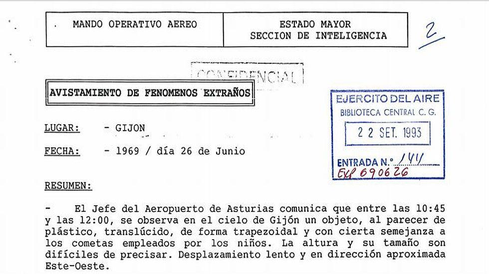 Un grupo de pasajeros consulta los vuelos en el Aeropuerto de Asturias.Fragmento del expediente 690626