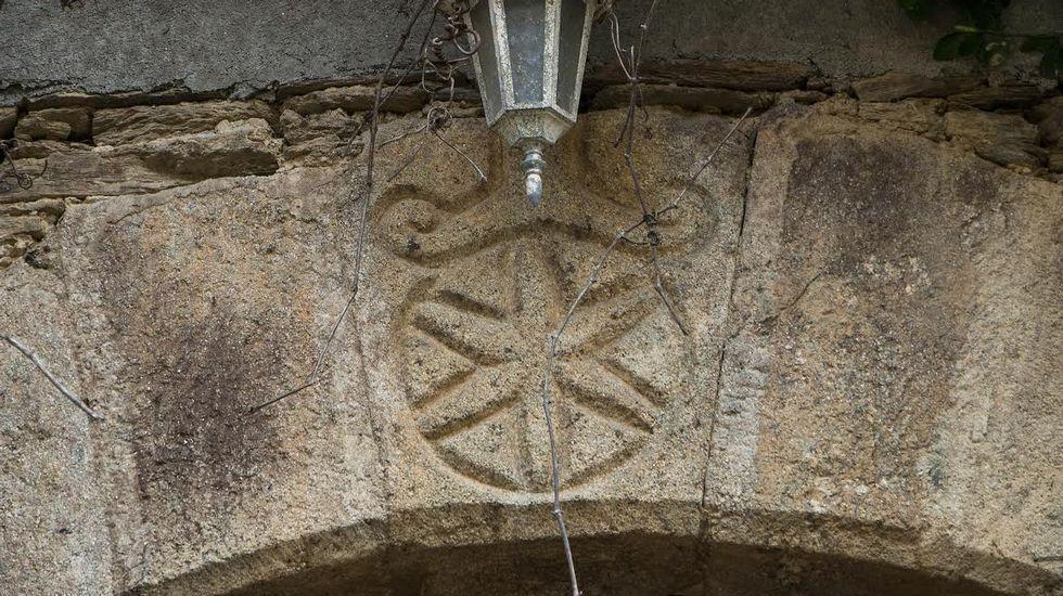 Relieve decorativo en un dintel de la Casa de Fidalgo