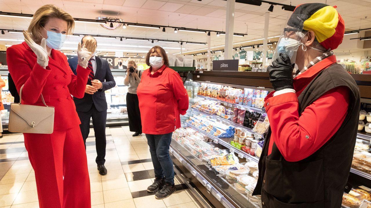 La reina Matilde de Bélgica visitó hoy un supermercado de su país y charló con los empleados