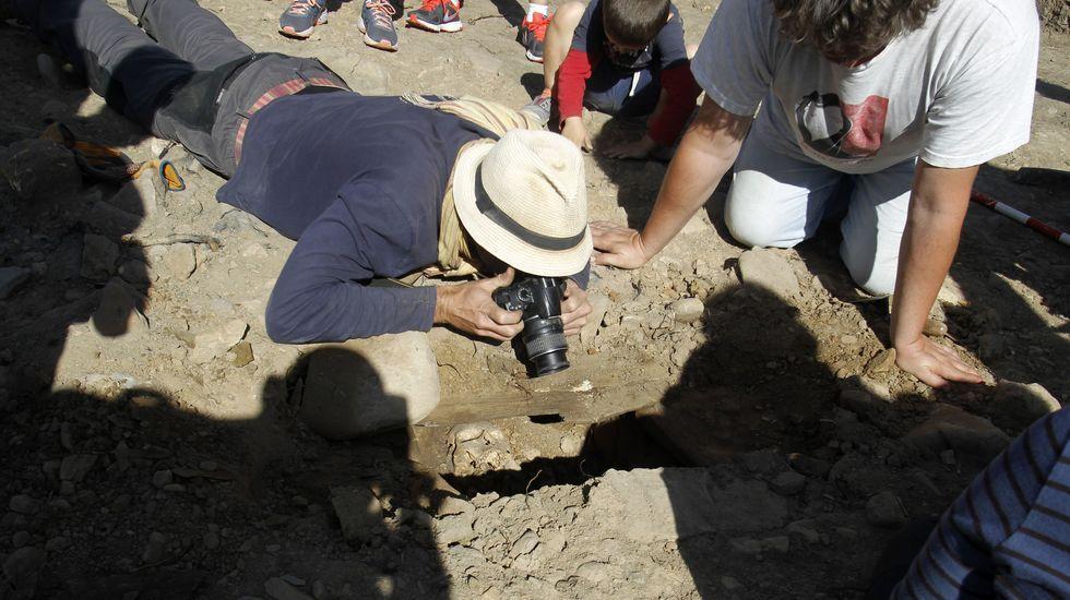 La cosecha de la uva en O Salnés.Un arqueólogo saca fotos del interior de la tumba número 53, en la que apareció esta mañana un esqueleto en muy buen estado de conservación