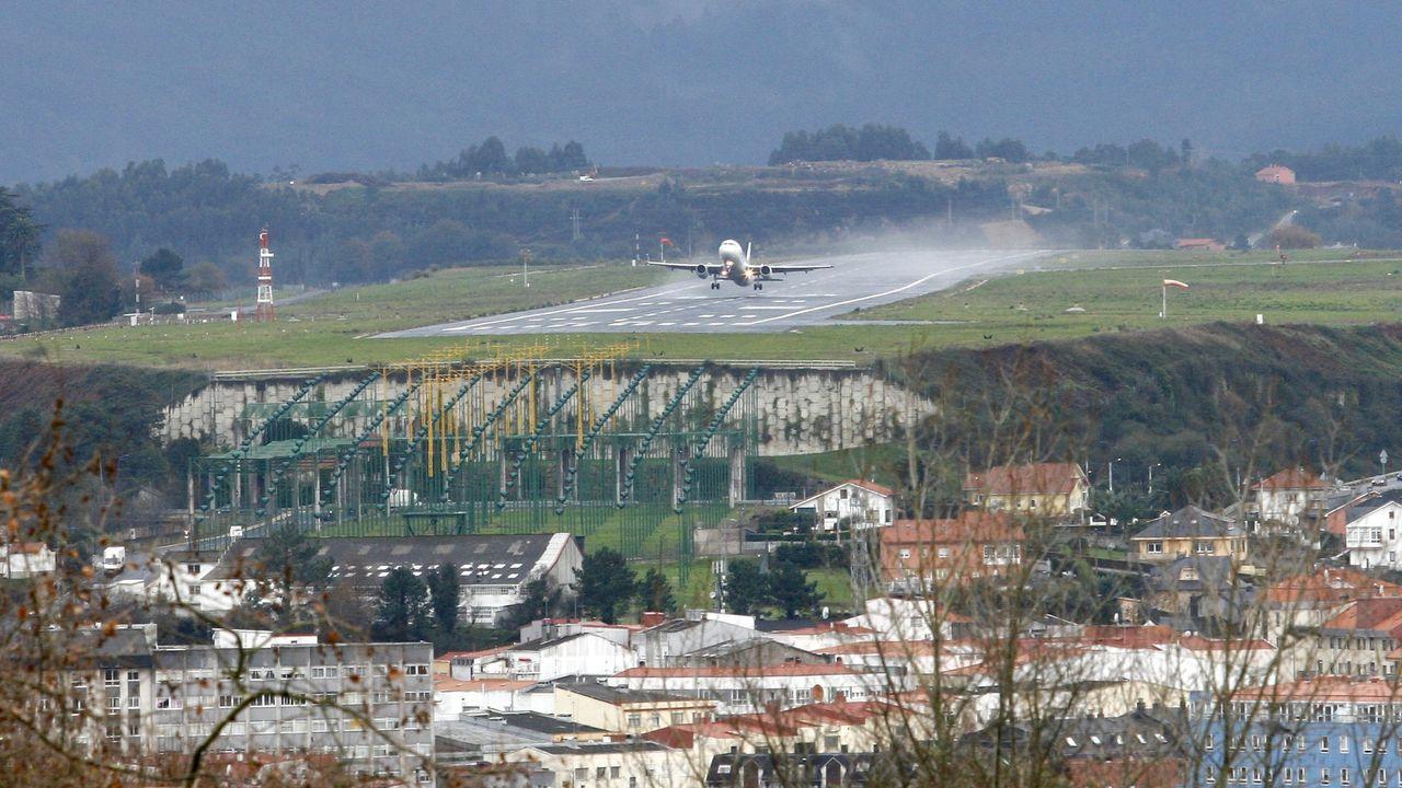 Un avión aterriza en el aeropuerto de Alvedro. Un estudio  ha demostrado que los vuelos emiten más CO2 que las granjas