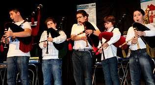Los jóvenes gaiteiros de la asociación Adro actuaron el domingo en el auditorio de Baio.