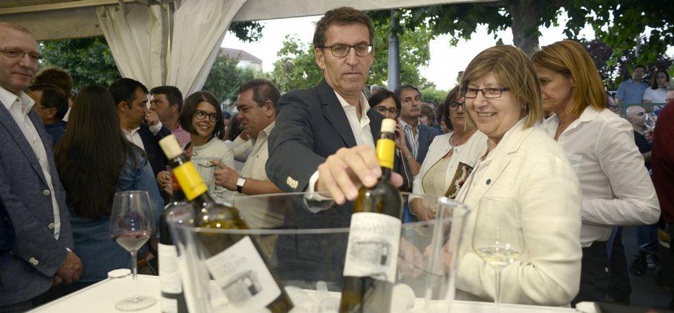 Rodríguez, Seoane y Somoza, con el cartel de la Feira do Viño.