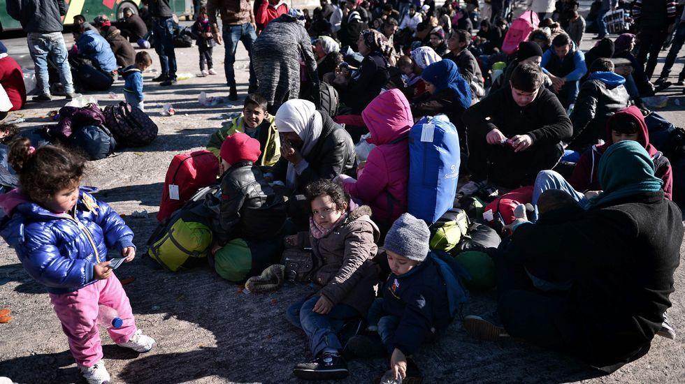 La Policía macedonia lanza gas lacrimógeno a cientos de migrantes para evitar su entrada al país