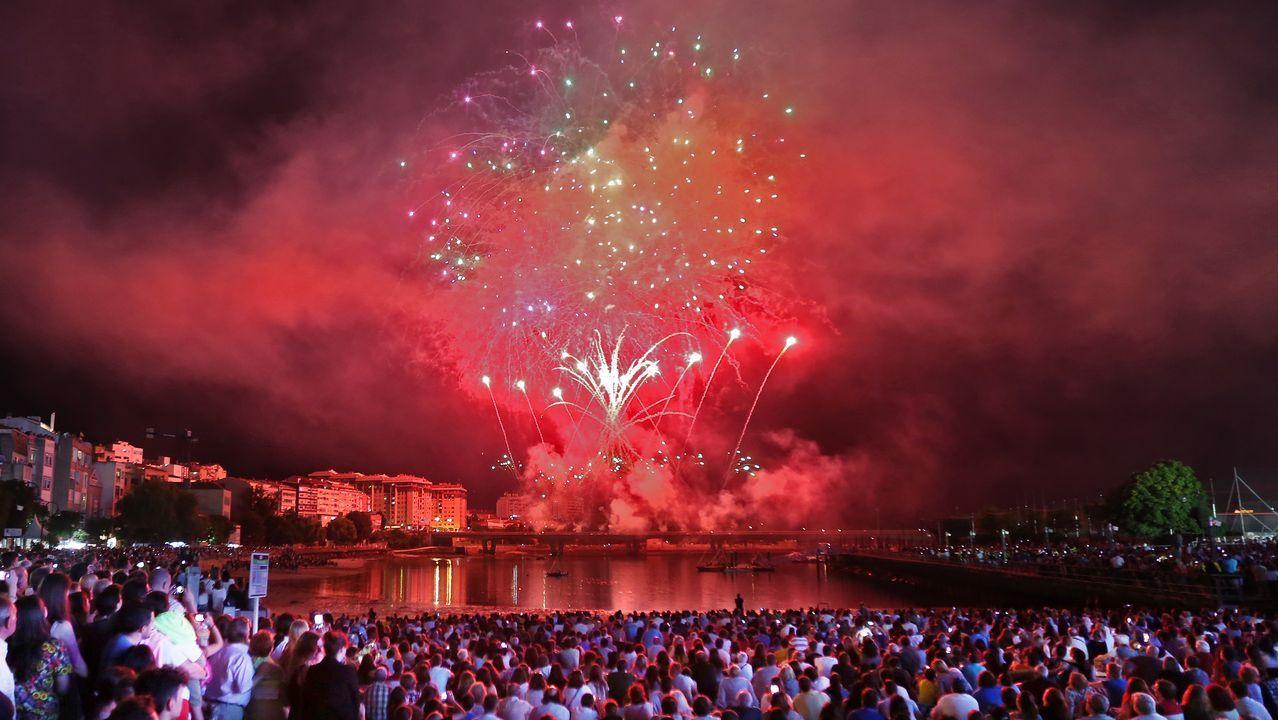 Así fue la Procesión del Cristo de la Victoria en Vigo.Imagen de los fuegos de Bouzas de este año
