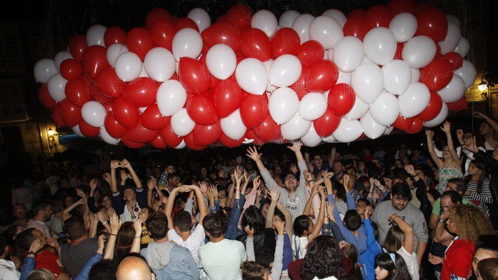 Fiesta en la plaza de España tras uno de los últimos desfiles callejeros de moda organizados por el Centro Comercial Urbano en Monforte