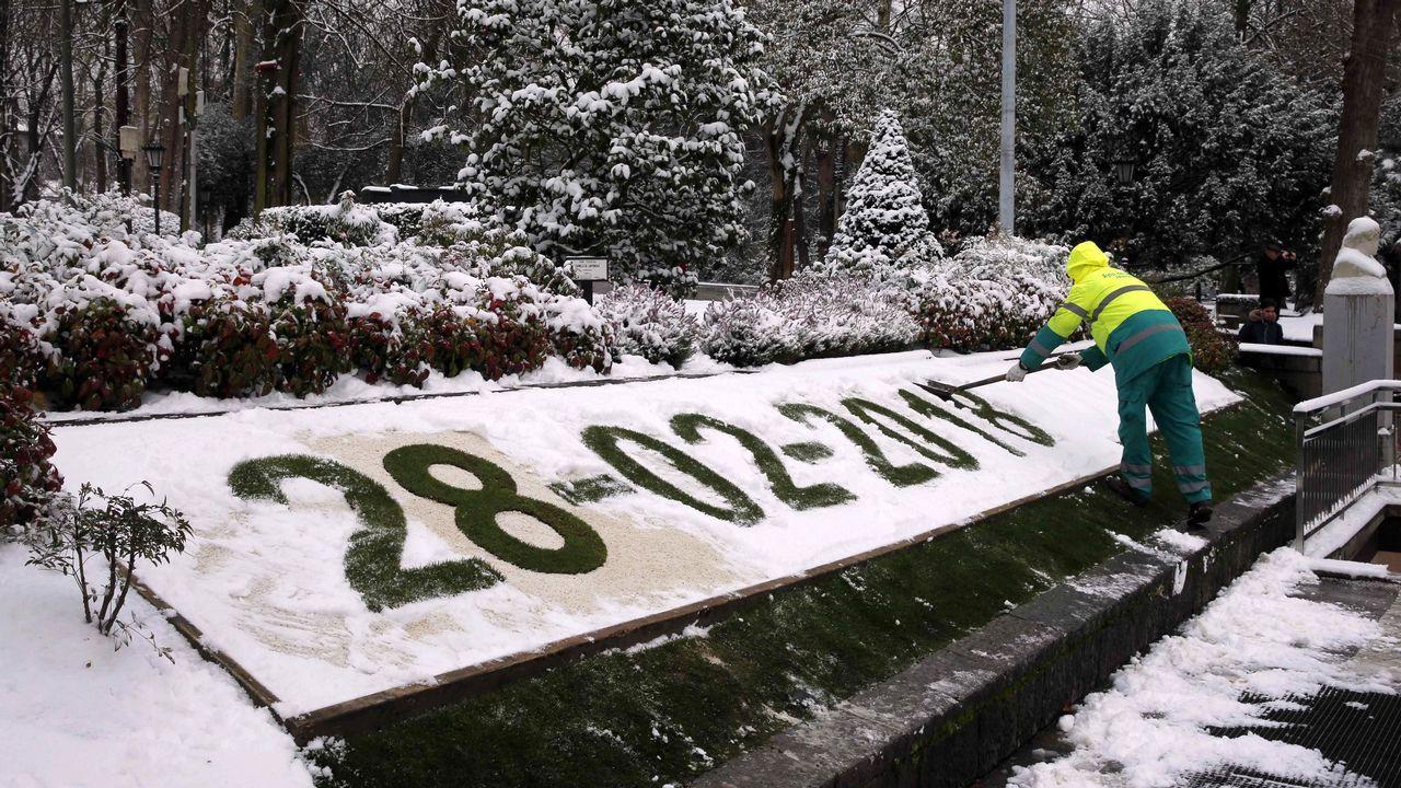 Un jardinero limpia en el parque de San Francisco de Oviedo