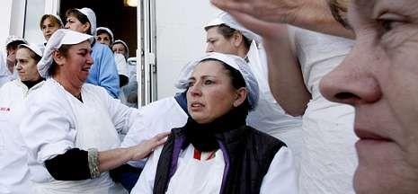 Trabajadoras de Cuca en Vilaxoán, ayer tras conocer el cierre de la fábrica.