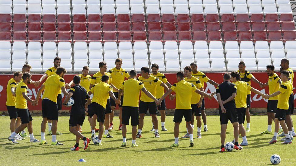 La asignatura pendiente de Emery.Llorente, del Sevilla, le disputa el balón a un jugador del Celta.