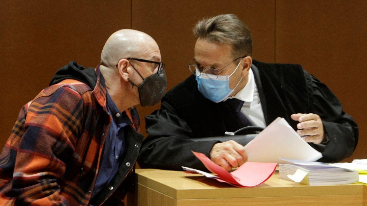 Imagen de este martes del acusado, Ramón Saiz, con su abogado.