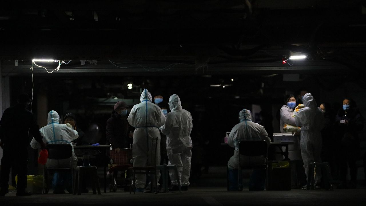 arios sanitarios llevan a cabo test PCR en un sótano en Shijiazhuang, este martes. Shijiazhuang, capital de la provincia de Hebei,