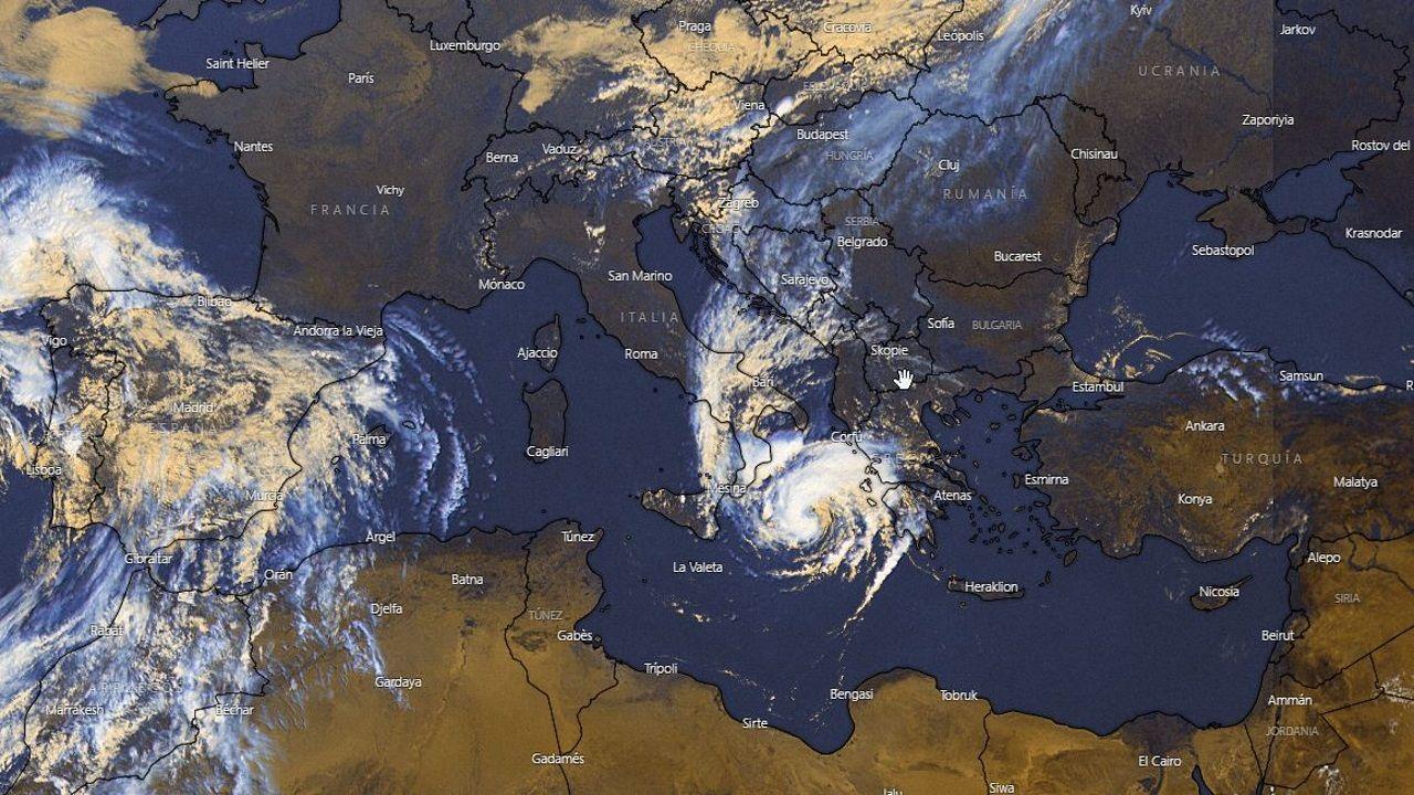 El ciclón tropical Lanos situado entre el sur de Italia y Grecia