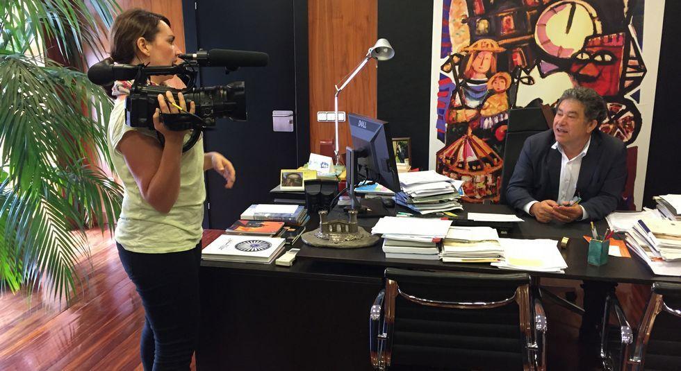 Gaëlle Pialot culminó su reportaje sobre Pontevedra con una entrevista al alcalde en su despacho.