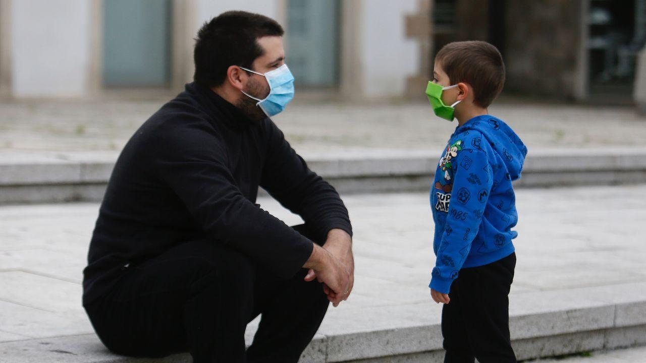 Padres y pequeños por las calles de Viveiro