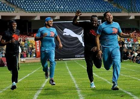 El recuerdo del muro de Berlín sobrevive por el mundo.Bolt -segundo por la derecha-, ayer en la India.