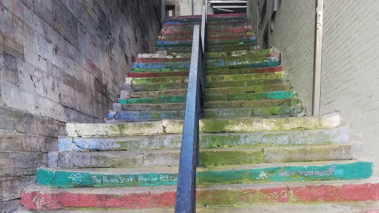 Una de la zona de la ORA en Gijón.Estado en el que se encuentran las escaleras que comunican el puerto deportivo con Cimavilla