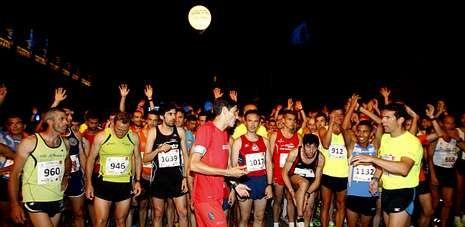 En la prueba nocturna del año pasado llegaron a la meta más de seiscientos atletas, cifra que será muy superior este sábado.