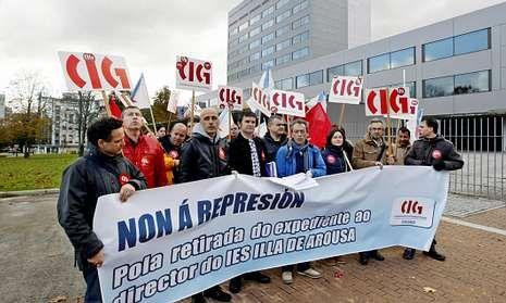 Malvido -en la pancarta, el cuarto por la izquierda- ayer en la concentración en Pontevedra.