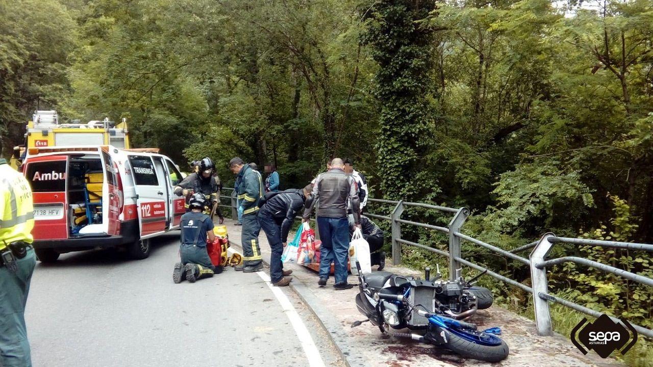 Intervención de los servicios de emergencia en el accidente de los dos motoristas de Covadonga