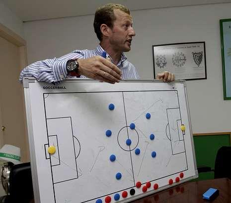 asdf.Manolo García muestra sobre una pizarra el esquema tipo del Racing para la próxima liga.
