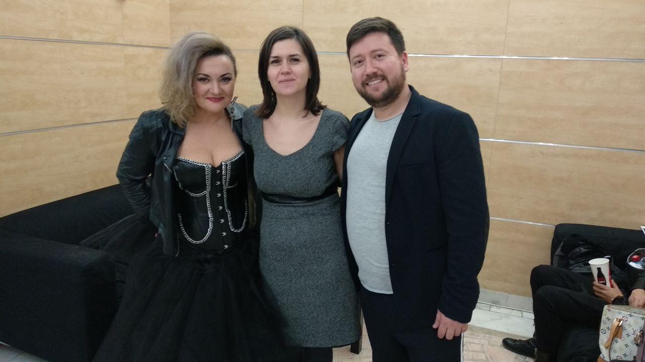 La Fashion vuelve a llenar el centro de Ferrol.La cantante rumana Claudia Andas, la letrista Roxana Elekes y el compositor Samuel Bugía