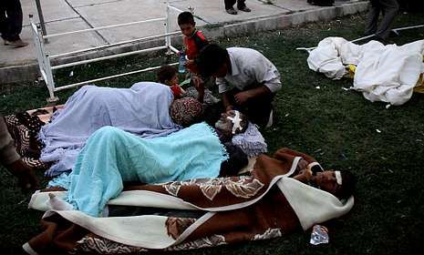 Los heridos aguardaban ser atendidos en el exterior del hospital de la ciudad de Ahar.