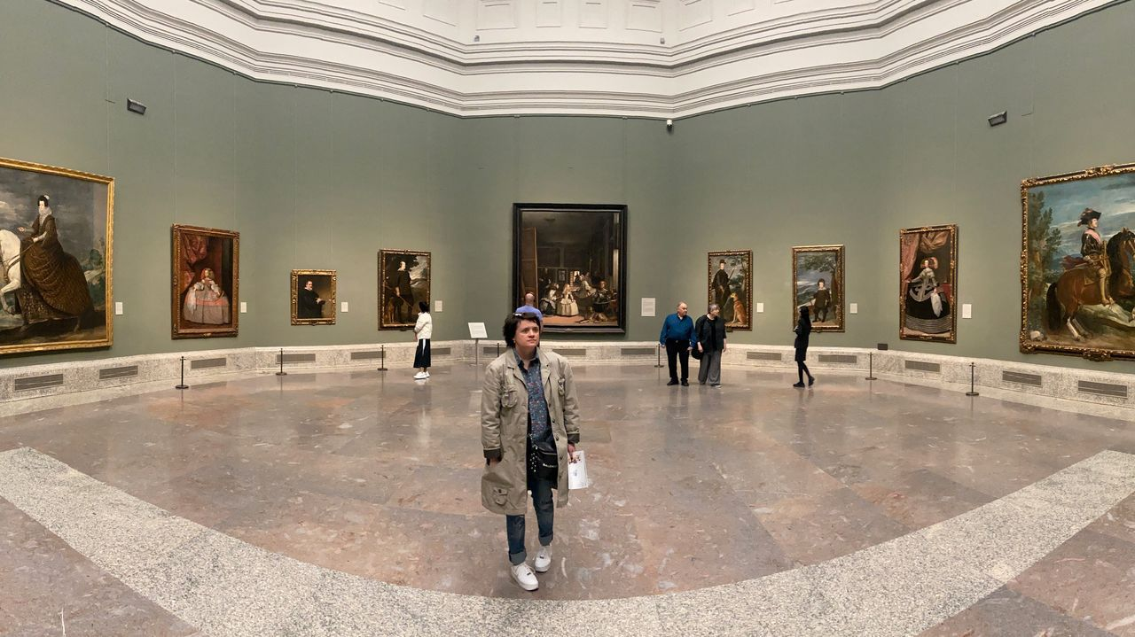 Espacios habitualmente saturados de visitantes como el museo del Prado lucen estos días semivacíos