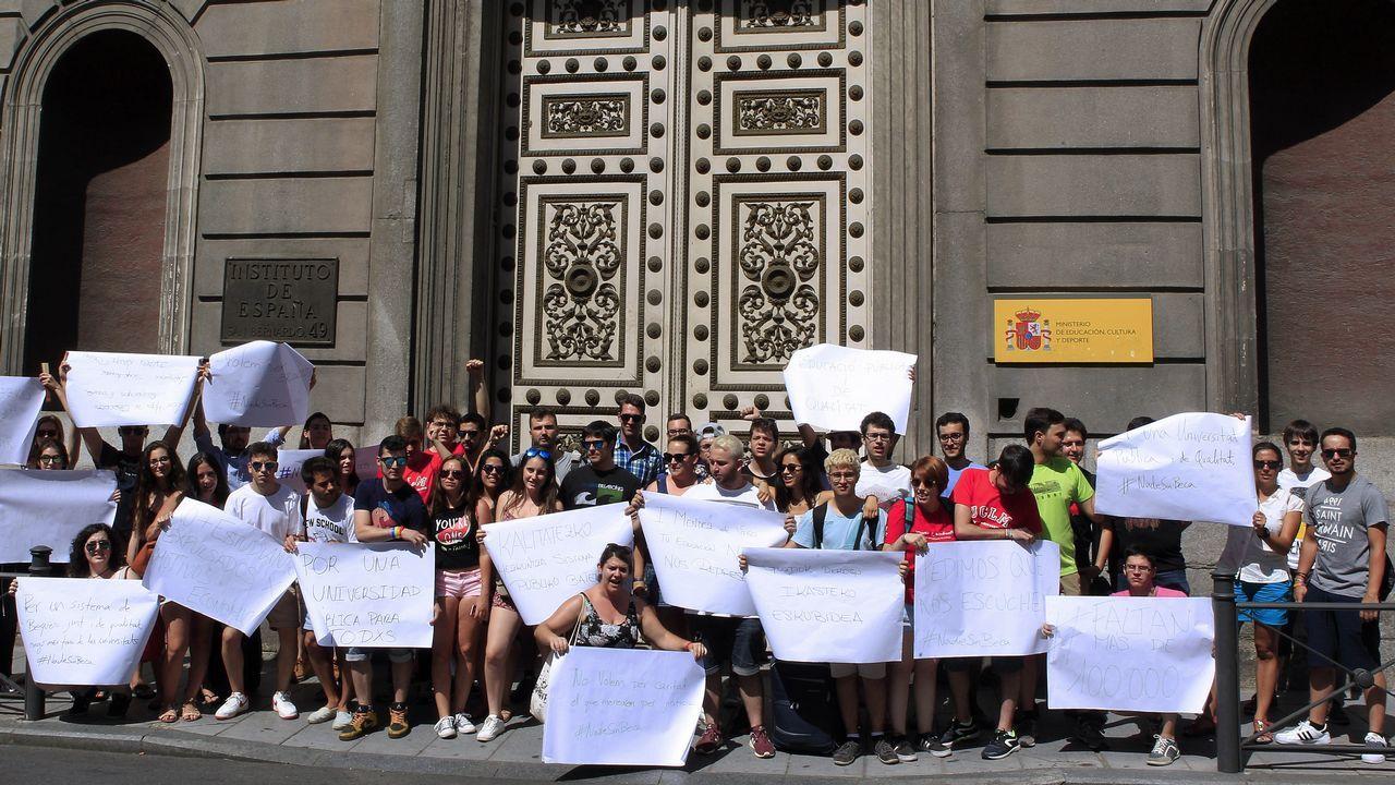 Concentración de estudiantes universitarios convocada frente al Consejo Escolar del Estado