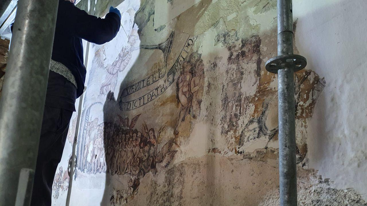 Restauración de antiguas pinturas murales en la iglesia de Lobios, en Sober