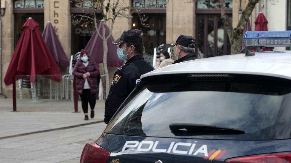 Agentes de la Policía Nacional vigilan en una plaza del centro de Monforte que los transeúntes cumplan las restricciones anticontagio que entraron en vigor este miércoles