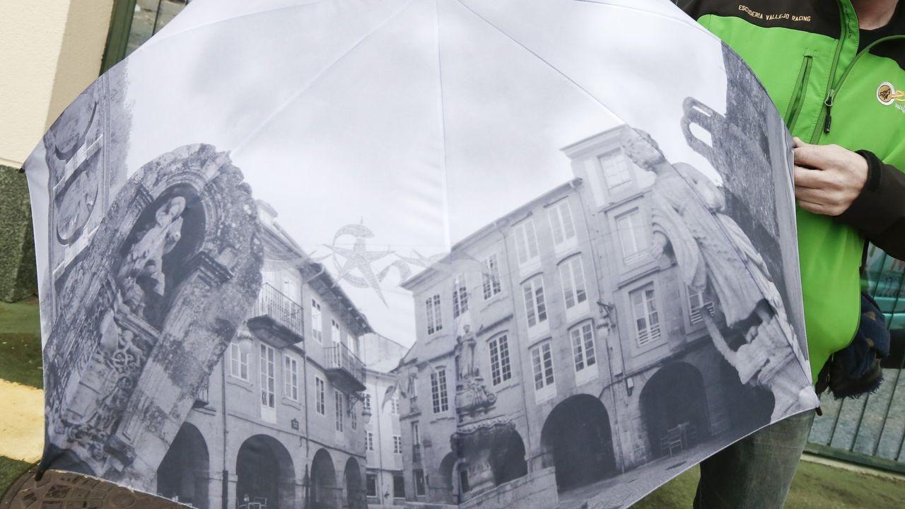 Paraguas sobre el Lugo monumental que se puede conseguir con la edición de Lugo de La Voz de Galicia desde este domingo 9 de agosto