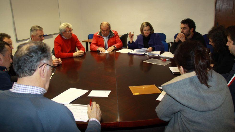 <span lang= es-es >Una visita al vivero escolar</span>. Tras la firma del convenio, políticos y docentes visitaron el vivero escolar del colegio de Rairiz de Veiga, puesto en marcha hace varios años a través de Voz Natura, un programa de La Voz de Galicia desarrollado por la Fundación Santiago Rey Fernández-Latorre.